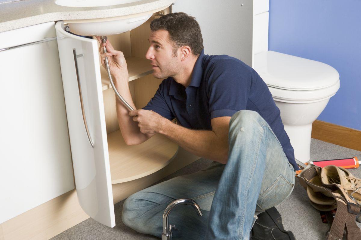 Zanim wezwiesz hydraulika, poznaj domowe sposoby udrażniania rur